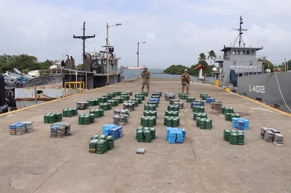 Cargamento incautado de 1,601 paquetes de droga, interceptado de una lancha frente a las costas de la provincia caribeña de Colón.