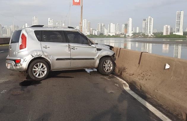 La mujer colombiana estrelló el auto que conducía contra un jersey en el Corredor Sur, luego de ser atacada por los delincuentes. Foto: Cortesía Ministerio Público