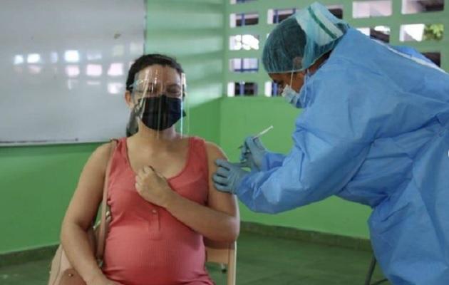Las embarazadas que se vacunan contra la covid-19 les  transmiten anticuerpos a sus bebés. Foto: Cortesía Minsa