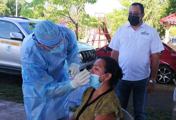 A la fecha se aplicaron 10,155 pruebas nuevas de contagio, que arrojaron una positividad de 5.7%. Foto: Cortesía Minsa