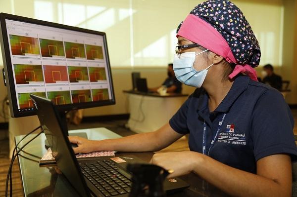 Personal de MiAmbiente realiza el análisis de la información.