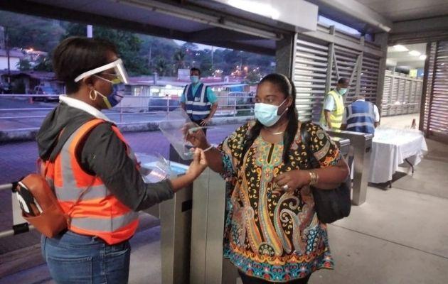Se entregaron pantallas faciales a los usuarios del metrobús.