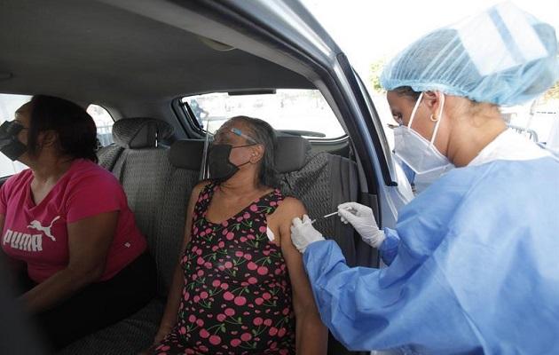 La vacunación en los estacionamientos del estadio Rommel Fernández Gutiérrez se realiza en auto rápido. Foto: EFE