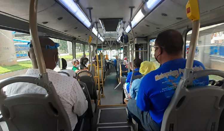 Desde el pasado lunes, se está permitiendo a 29 pasajeros de pie en los metrobuses de color naranja y 19 en los azules. Foto: Víctor Arosemena