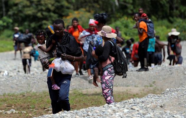 Decenas de migrantes irregulares atraviesan la frontera con Colombia en su sueño de llegar a Estados Unidos. Foto: EFE