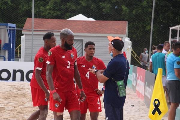 Shubert Pérez da algunas instrucciones a los jugadores durante el partido ante Estados Unidos. Foto:Fepafut