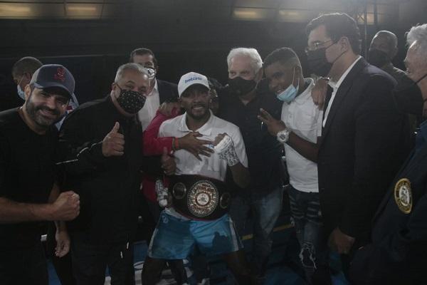 Anselmo 'Chemito' Moreno festeja su título Fedelatin de la AMB con expresidente Ricardo Martinelli. Foto:Víctor Arosemena