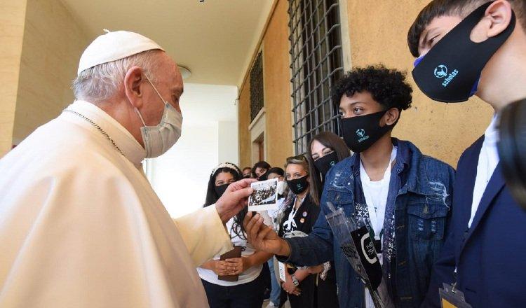 El papa Francisco con los jóvenes. Cortesía