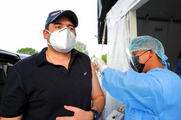 El vicepresidente José Gabriel Carrizo se bajó del auto que conducía para recibir la segunda dosis de AstraZeneca. Foto: @gabycarrizoj