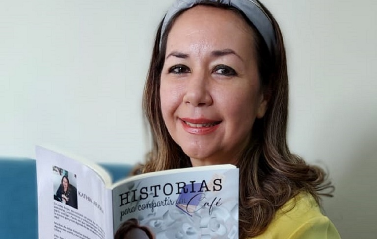 'Historias para compartir un café' es el primer libro de Kathia Arjona. Cortesía