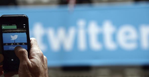 Un hombre fotografía el logo de Twitter en Nueva York.