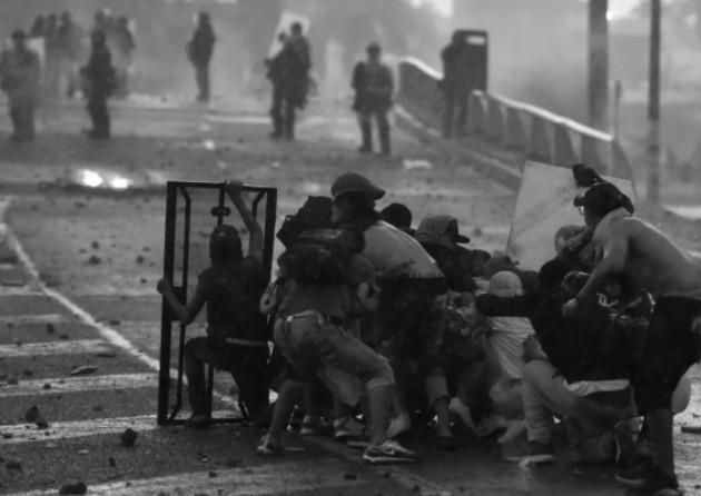 De seguir en este camino, de continuar la moda del vandalismo en las manifestaciones, seremos incapaces de salir del profundo hoyo de una crisis. Foto: EFE.