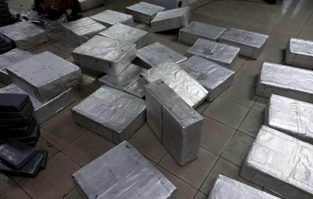 Dentro de las cajas, la droga estaba forrada con un envoltorio gris metálico, que se presume fue usado para no levantar sospechas al ser examinadas por las máquinas de rayos X que operan en los puertos. Foto: Diomedes Sánchez