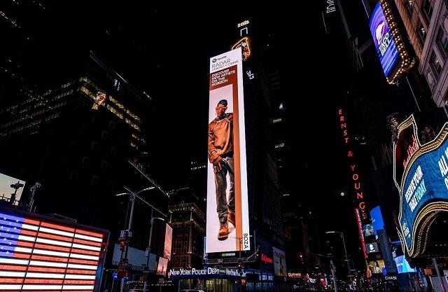 Valla con la imagen de Humberto Ceballos Boza en el Time Square. Foto: @bozamusic