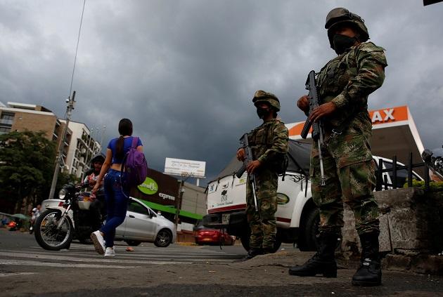 Soldados custodian las calles de Cali,Colombia. Foto: EFE