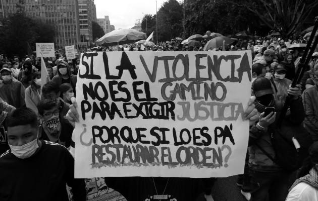 La estrategia del gobierno ha sido la de deslegitimar las protestas con el argumento que la izquierda quiere tumbar al gobierno y acabar con el país, cuando el país está acabado y en ruinas en sus manos. Foto: EFE.