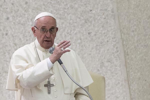 Francisco abrió el rezo del Rosario con unas breves palabras con las que pidió a la Virgen que deshaga los