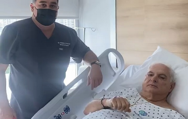 El expresidente Ricardo Martinelli junto al doctor Walter Krakcio tras la operación. Foto: Cortesía Ricardo Martinelli