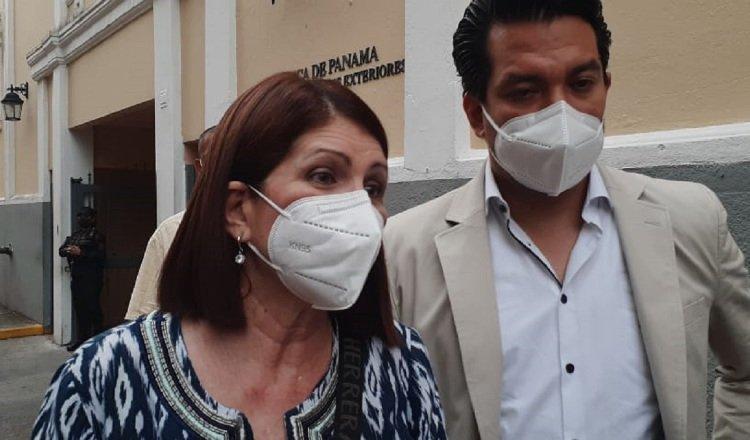 Marta Linares de Martinelli y el abogado Luis Eduardo Camacho González a su salida de la Cancillería. Foto: Víctor Arosemena