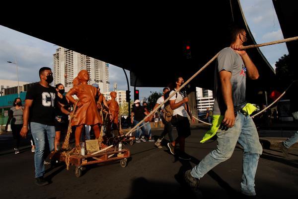 Artistas y ciudadanos marcharon hacia la Asamblea Nacional durante una protesta contra los abusos sexuales a menores en albergues. EFE