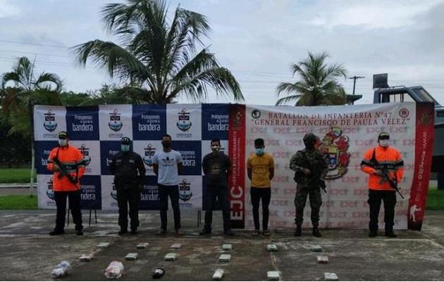 Los tres panameños fueron puestos a disposición de las autoridades competentes para adelantar el proceso de judicialización. Foto: Cortesía Ejército Nacional de Colombia