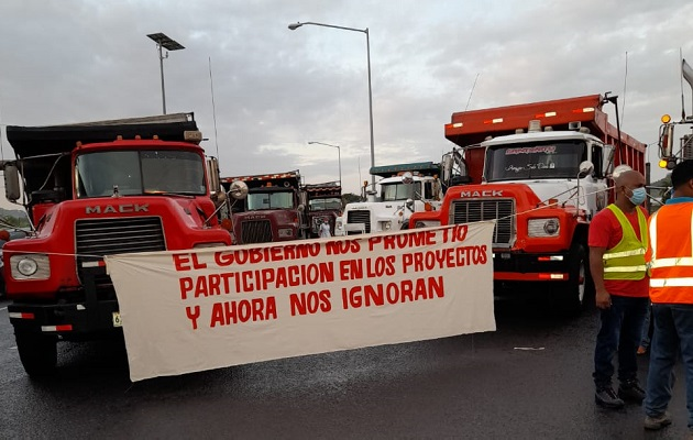 Los camiones volquetes portan en su parte delantera, pancartas exigiendo al gobierno, oportunidades de trabajo. Foto: Diomedes Sánchez