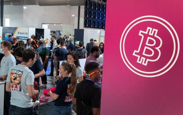 Vista de asistentes a la Conferencia Bitcoin 2021, celebrada en el Centro de Convenciones Mana, en Wynwood. Miami, Florida, este 4 de junio de 2021. Foto: EFE