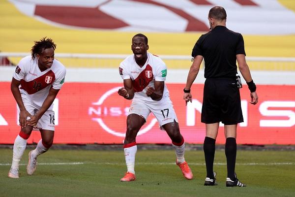 Luis Advíncula (17) anotó el gol que sentencio el triunfo de Perú ante Ecuador. Foto: EFE