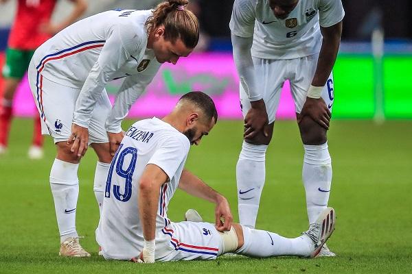 Karim Benzema abandonó el campo de juego en el minuto 35. Foto: EFE