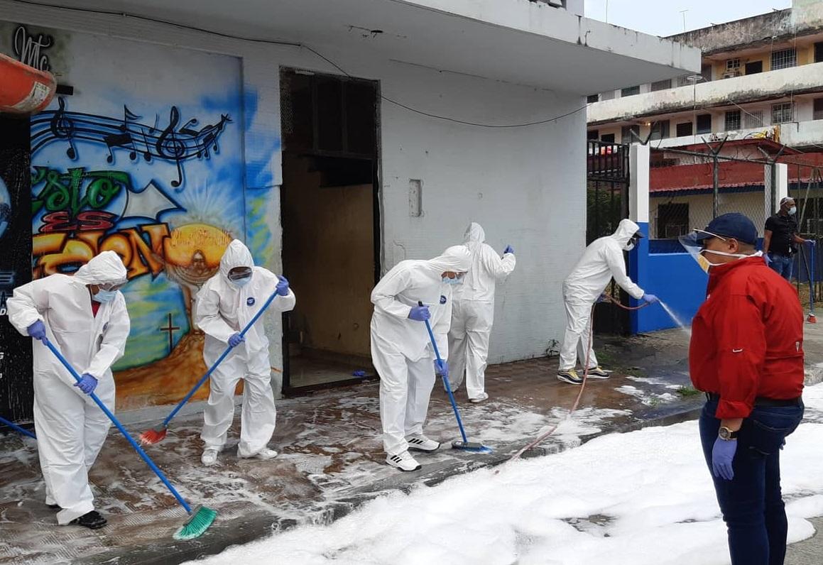 El alcalde Alex Lee (dcha.) supervisa la labor de saneamiento en Colón. Foto: Diómedes Sánchez