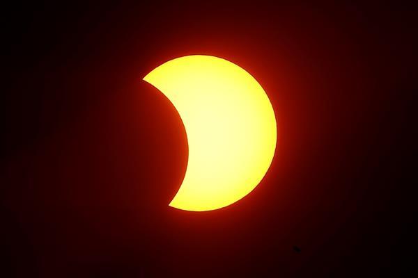 Un eclipse solar se produce cuando la Luna se sitúa entre el Sol y la Tierra, lo que bloquea la luz solar y proyecta la sombra lunar sobre la superficie terrestre. Foto: EFE