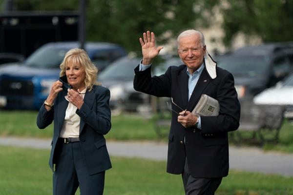 El presidente de EE.UU., Joe Biden (d), y la primera dama estadounidense, Jill Biden, salen de la Casa Blanca, en Washington, este 9 de junio de 2021. Foto: EFE