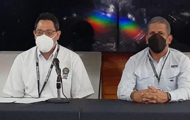 El fiscal Víctor Barrios (izq.) y el director de Inteligencia Policial, Fernando Bonilla, dan detalles del operativo. Foto: Víctor Arosemena