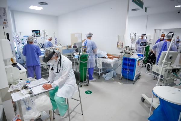 Personal médico trabaja en la Unidad de Cuidados Intensivos (UCI) del hospital de Clínicas, en Porto Alegre, Brasil. Foto: EFE