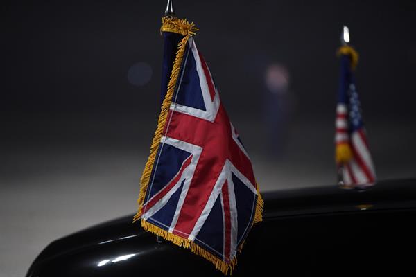 Detalle de las banderas británica y estadounidense en el coche que recogio al presidente de EEUU, Joe Biden, en aeropuerto de Cornualles, a su llegada al Reino Unido. Foto: EFE