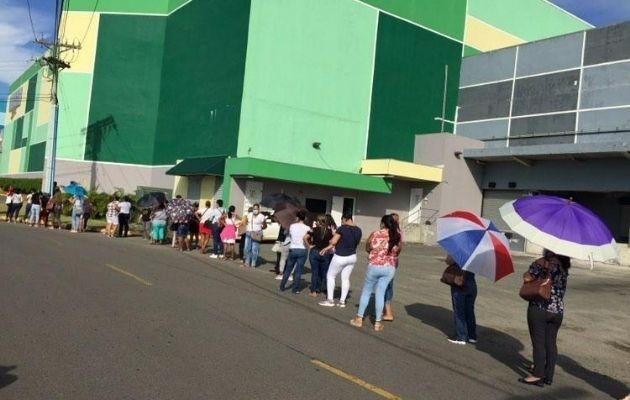 Voluntarios formaron tuvieron que formar largas filas.