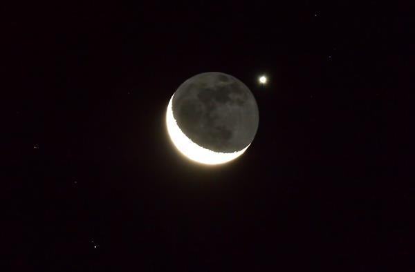 El planeta Venus ocultándose tras una delgada luna creciente. Foto: EFE