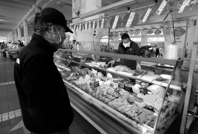En un mercado en libre competencia, los incentivos solo se mantienen si el consumidor hacer uso correcto de la información, consumiendo los productos o servicios que ofertan los empresarios más competitivos. Foto: EFE.