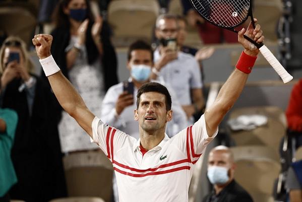 Novak Djokovic celebra su épica victoria sobre Rafael Nadal en el Roland Garros. Foto: EFE