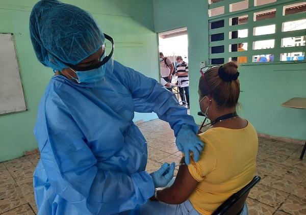 La Región de Salud de San Miguelito continúa con la vacunación voluntaria con previa cita a mujeres y hombres de 30 años en adelante con la vacuna AstraZeneca. Foto: Cortesía Minsa