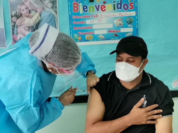 Un hombre recibe su dosis de vacuna. Foto: Cortesía del Minsa