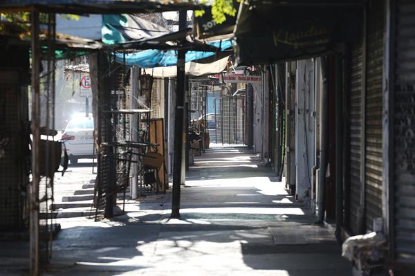 Fotografía de locales comerciales cerrados hoy, en Santiago (Chile). Foto:EFE