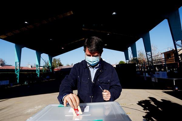 Claudio Orrego, candidato a Gobernador por la región Metropolitana, vota durante la segunda vuelta de las elecciones a gobernadores regionales hoy, en la Escuela Santa María, en Santiago (Chile). Foto:EFE