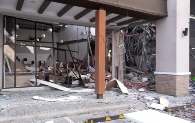 Bomberos inspeccionan el el interior del centro comercial para determinar el estado de la estructura. Foto: Eric Montenegro