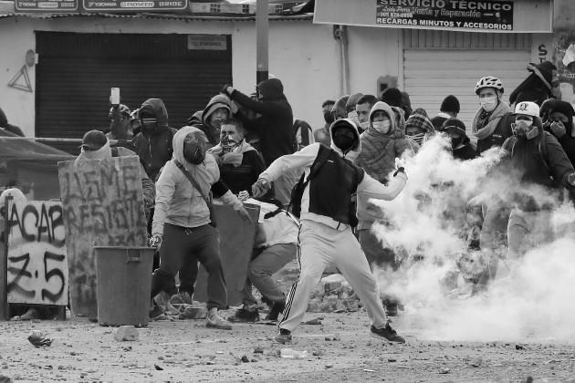 La lucha es en contra de las abismales desigualdades sociales realmente existentes, a pesar de naturalizarlas en muchos casos, llega el momento de la explosión. Foto: EFE.