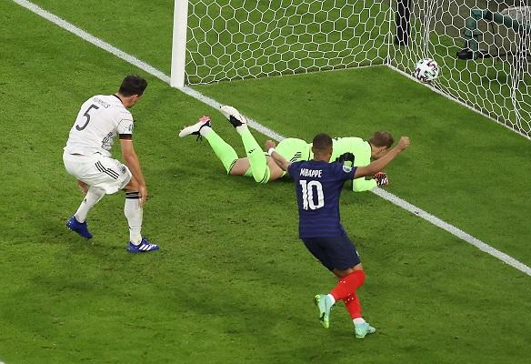Mats Hummels (#5) marcó en propia puerta cuando trataba de desviar un centro lanzado por Lucas Hernández desde la izquierda. Foto: EFE