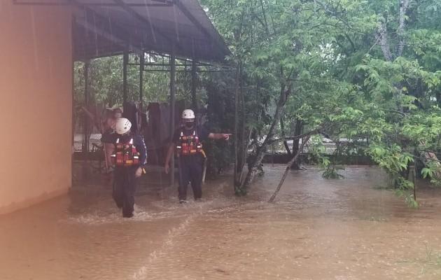 Personal de Sinaproc realiza inspecciones para determinar las afectaciones. Foto: Thays Domínguez