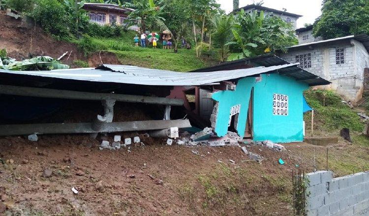 En Arnulfo Arias, San Miguelito, se tuvo que evacuar a seis familias, tras un deslizamiento de tierra que dejó serios daños a una casa. Foto: Cortesía Sinaproc