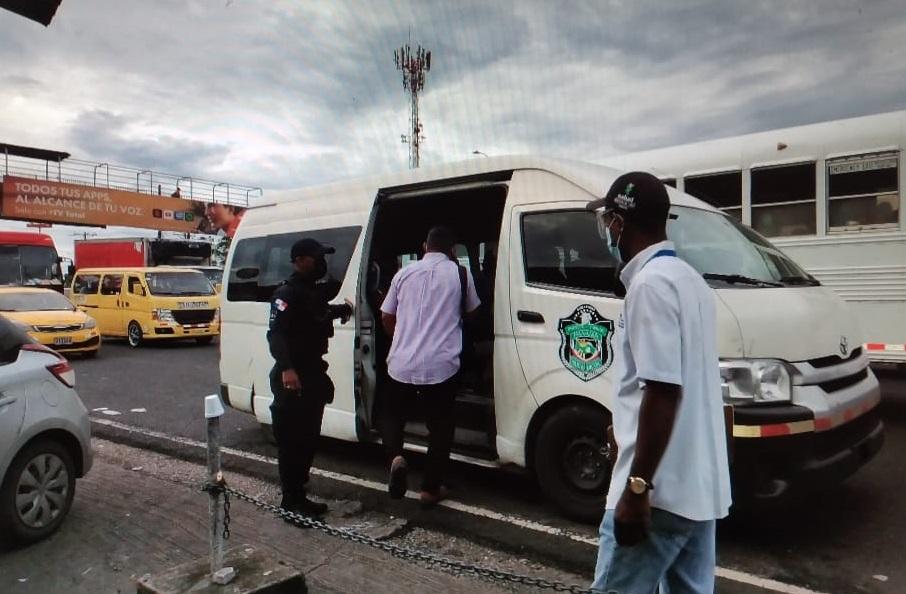 Los infractores son llevados ante los Jueces de Paz en busitos de la Policía Nacional. Foto: Diómedes Sánchez S.