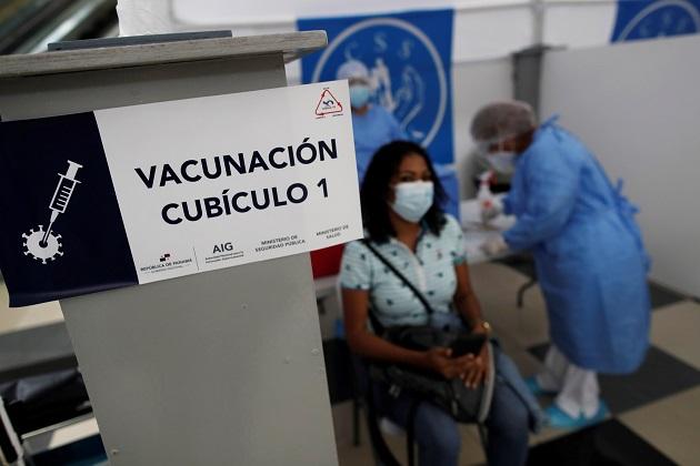 Una mujer es vacunada contra la covid-19 por personal médico de la Caja del Seguro Social. Foto: EFE